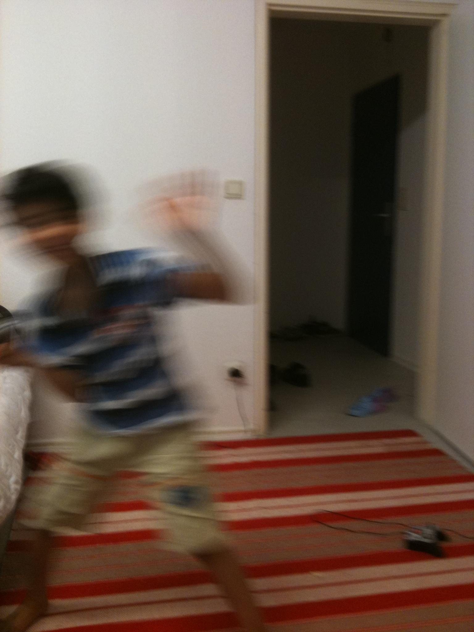 Erfan, sieben Jahre, teilt sich die Einzimmer-Wohnung mit seinen Eltern